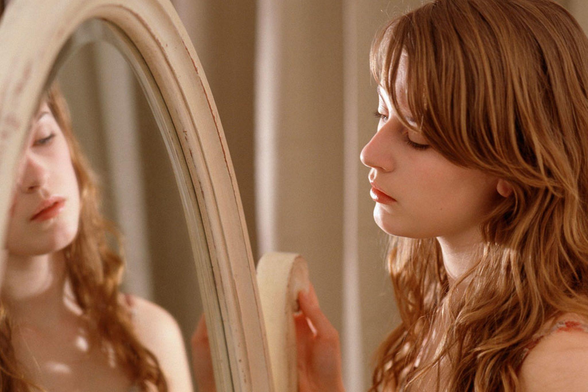 önértékelési teszt - nő a tükörbe néz